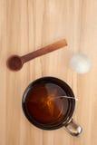O chá é fabricado cerveja em um copo fotografia de stock