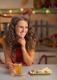 O chá bebendo do gengibre da mulher no Natal decorou a cozinha fotos de stock royalty free