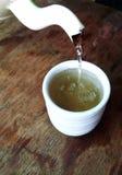 O chá chinês estava derramando para baixo Fotografia de Stock