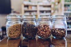 O chá com hibiscus e selvagem verdes aumentaram, camomila nos frascos de vidro Foto de Stock Royalty Free