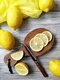 O chá com limão em um copo branco em um branco afligiu o fundo Fotografia de Stock