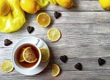 O chá com limão em um copo branco em um branco afligiu o fundo Imagens de Stock Royalty Free