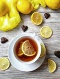 O chá com limão em um copo branco em um branco afligiu o fundo Imagem de Stock Royalty Free