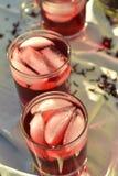 O chá de gelo vermelho natural feito do hibiscus floresce as pétalas chamadas Fleur de Jamaica em México fotografia de stock