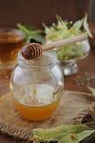 O chá do Linden com mel e bacia com Linden floresce no fundo de madeira Imagens de Stock