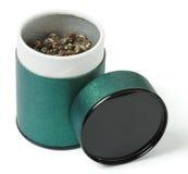 O chá do oolong da elite derramado no verde pode Fotografia de Stock Royalty Free