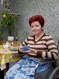O chá mulher-inválido das bebidas Fotos de Stock Royalty Free