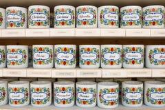 O chá personalizado agride com nomes neles vendeu na loja de lembrança Imagens de Stock Royalty Free