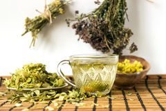 O chá verde com Linden floresce em um estilo rústico Fotografia de Stock