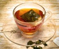 O chá verde fabricado cerveja indica o tempo e a bebida da ruptura imagem de stock