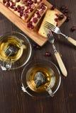 O chá verde saudável em uns saquinhos de chá da pirâmide fabricados cerveja nos copos de vidro serve Fotografia de Stock Royalty Free
