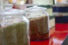 O ch? mistura dentro os frascos de vidro no contador do caf? Cores brilhantes do ch? imagem de stock royalty free