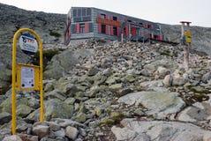 O chalé da montanha abaixo do pico de Rysy, Tatras alto, Eslováquia imagem de stock royalty free