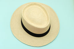 o chapéu de Panamá dos tampões do Panamá-estilo coloca em um fundo da cor do céu azul Imagem de Stock