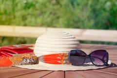 O chapéu e os óculos de sol das mulheres Imagens de Stock Royalty Free