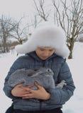 O chapéu exterior do sorriso do bebê da estação do parque natural da cara do coelho bonito fora caçoa pouco menino branco do frio Foto de Stock Royalty Free