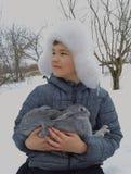 O chapéu exterior do sorriso do bebê da estação do parque natural da cara do coelho bonito fora caçoa pouco menino branco do frio Fotografia de Stock Royalty Free