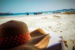 O chapéu na tabela Fotografia de Stock Royalty Free