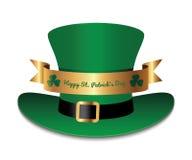 O chapéu verde com fita e trevo do ouro folheia Fotos de Stock Royalty Free