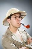 O chapéu vestindo do safari do homem no conceito engraçado Imagens de Stock Royalty Free