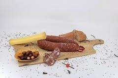 O charcuterie da bandeja do aperitivo pressionou o queijo e as azeitonas foto de stock