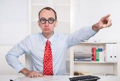 O chefe agressivo diz - saia de meu escritório - a destituição foto de stock royalty free