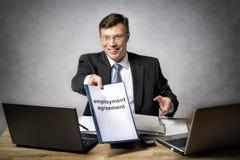 O chefe dá o acordo de emprego Imagens de Stock Royalty Free