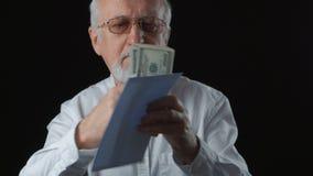 O chefe dá o salário em um envelope filme