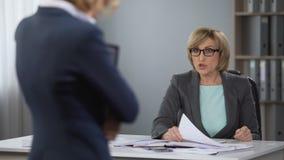 O chefe da mulher é nervoso e infeliz com trabalho, escândalo do escritório, supervisor irritado video estoque
