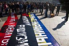 O chefe de polícia Viktor Biryukov verifica a paz março da oposição dos cartazes Imagens de Stock Royalty Free