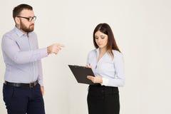 O chefe diz ao trabalhador o que fazer no escritório Imagens de Stock