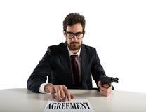 O chefe força-o a assinar um acordo Imagem de Stock Royalty Free