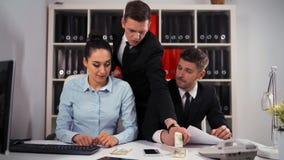 O chefe recolhe algum dinheiro do visual do empregado Como por cento do salário video estoque