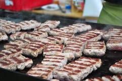 O cheiro de rolos de carne grelhados Fotos de Stock Royalty Free