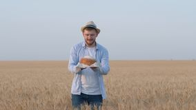 O cheiro saboroso do pão, homem novo guarda o pão recentemente cozido em sua mão, cheira o e presentes com extensão da mão da grã filme