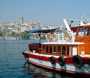 O chifre, o barco da excursão e a vista dourados do Galata elevam-se, Istambul, Turquia Imagem de Stock Royalty Free