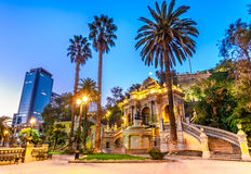 O Chile, fonte de Netuno da opinião da noite do Santiago, Santa Lucia Hill Fotos de Stock Royalty Free