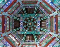 O chinês ornamentado pintou o teto no templo em Ásia fotos de stock royalty free