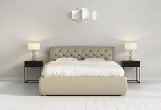 O chique adornou a cama de couro na parte dianteira chique contemporânea do quarto Fotografia de Stock Royalty Free