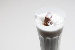 O chocolate cai dentro para ordenhar Fotografia de Stock