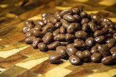 O chocolate cobriu feijões de café Fotos de Stock Royalty Free