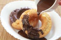 O chocolate cobriu a filhós Fotos de Stock Royalty Free
