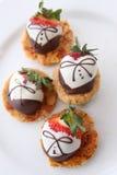 O chocolate cobriu morangos Fotos de Stock