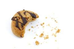 O chocolate cobriu a mordida das migalhas do bolinho Fotografia de Stock