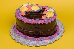 O chocolate cobriu o bolo oval no amarelo Fotos de Stock Royalty Free