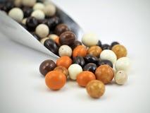 O chocolate colorido cobriu doces do feijão de café Fotos de Stock