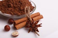 O chocolate coração-deu forma a doces em um fundo branco, composição do chocolate fotos de stock royalty free