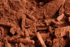 O chocolate coração-deu forma a doces em um fundo rústico, composição do chocolate imagem de stock