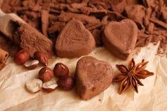 O chocolate coração-deu forma a doces em um fundo rústico, composição do chocolate imagens de stock