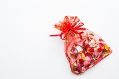O chocolate coração-deu forma no saco vermelho no fundo branco fotos de stock royalty free